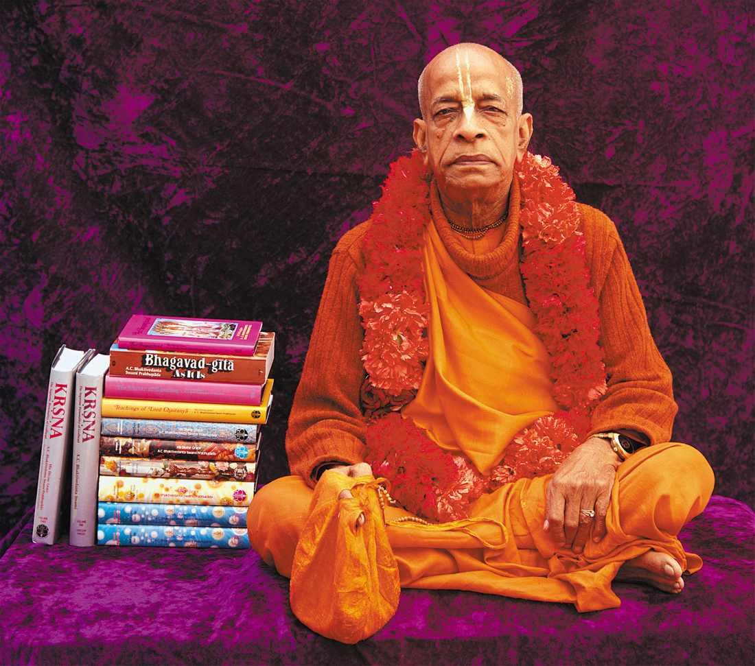 Shrila Prabhupada mit Büchern